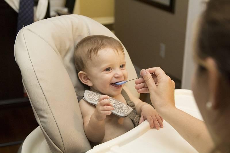 petit breastfeeding to food